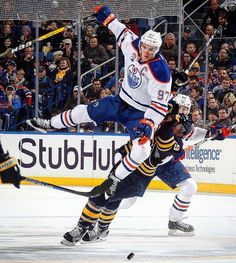 Connor McDavid flyin' out there. Hockey Man Cave, Ice Hockey, Connor Mcdavid, Hockey Memes, Edmonton Oilers, Hockey Cards, National Hockey League, Detroit Red Wings, Sports Photos