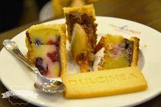 Torta nuziale rustica con una preparazione tipo una crema liquida che poi si solidifica in cottura, con frutti rossi e mele.