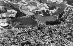 O Parque do Ibirapuera foi inaugurado oficialmente em 21 de agosto de 1954, como parte das comemorações dos 400 anos da cidade. Antes, a região era um pântano com uma aldeia indígena