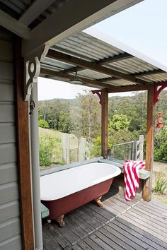 Freistehende Badewanne auf der Terrasse