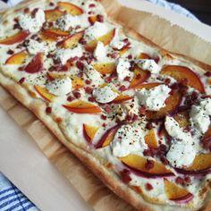 Süßer Flammkuchen mit Ziegenkäse, Nektarinen, Schinken & Honig - schnell & herzhaft zubereitet