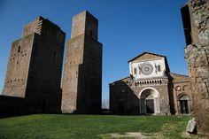 La Basilica romanica di San Pietro, fondata nell'XI secolo a Tuscania, nei pressi di Viterbo, si trova sul monte dove sorgeva l'antica città etrusca. La sua magnifica facciata risalente al XIII secolo, ricca di allegorie e simbolismi, è caratterizzata al centro da una decorazione scultorea che unisce la tradizione dei lapicidi umbri con l'arte cosmatesca dei marmorari romani. #OVSArtsOfItaly