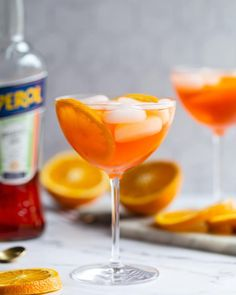 Aperol Spritz Cocktail- Learn how to make this CLASSIC Italian Cocktail that requires just 3 simple ingredients and VERY little effort. Spritz Cocktail, Spritz Drink, Aperol Spritz Recipe, Italian Cocktails, Summer Cocktails, Classic Cocktails, Vintage Cocktails, Aperol Drinks, Cocktail Drinks