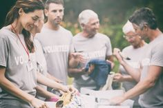 Efektywny altruizm – współczucie kierowane twardymi danymi i rozsądkiem • Zależy im na pomaganiu tym, którzy pomocy najbardziej potrzebują. Tylko skąd wiedzieć, kto jest naprawdę w potrzebie, w jakie działania warto się zaangażować, i które problemy są najpilniejsze do rozwiązania? Z pomocą przychodzą twarde dane, naukowe dowody i zdrowy rozsądek.