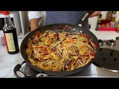 وداعا للمطاعم الصينية حظروا نودلز بالدجاج والخضار بالبيت على طريقة المطاعم الاسيوية وفرحوا اولادكم - YouTube Spaghetti, Japchae, Food And Drink, Pasta, Chicken, Ethnic Recipes, Kitchen, Ramadan, Country