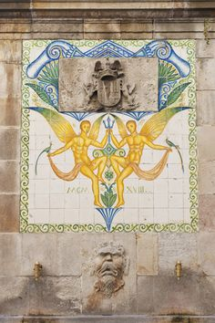 Los lavaderos de Portal de l'Àngel  La fuente de Santa Anna, que aparece en mitad del Portal de l'Àngel, calle comercial donde las haya y lugar donde dicta la tradición se le apareció un ángel a San Vicente Ferrer, son los antiguos lavaderos de la ciudad y una de las pocos puntos de agua corriente que tuvo Barcelona en época medieval