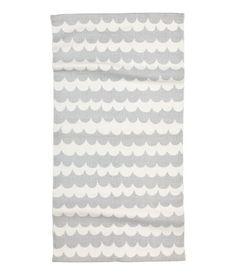 Hellgrau. Baumwollteppich mit Musterdruck. Der Teppich hat eine…