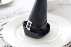 Halloween table decoration. DIY witch hats made from regular paper. By Shawtys.dk.   Heksehatte af Servietter til Sankt hans.