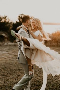 This golden vintage villa wedding is a classic boho dream Junebug Weddings We can& get enough of these sweeties and their dreamy Texas wedding Image by Rebecca Taylor P Wedding Images, Wedding Couples, Wedding Pictures, Wedding Engagement, Romantic Couples, Hair Pictures, Romantic Weddings, Sunset Beach Weddings, Wedding Picture Poses