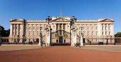 El palacio de Buckingham es la residencia oficial del monarca británico en Londres. Estilo arquitectónico: Arquitectura neoclásica
