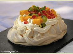 """""""lesrecettesdejosephine"""" partage avec nous une nouvelle recette de dessert ! Cette fois-ci c'est une pavlova aux fruits exotiques. Ce délicieux dessert composé de meringue, chantilly et fruits ne pourra que vous ravir lors de la fin de vos repas ! ==> http://www.ptitchef.com/recettes/dessert/pavlova-aux-fruits-exotiques-fid-1527017 #recette #cuisine #blogueuse #ptitchef #pavlova #fruit #exotique #meringue #chantilly #dessert"""