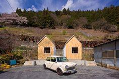 realizadas em par, as pequenas moradas concentram, em apenas 25m² cada, todas as funções de uma residência
