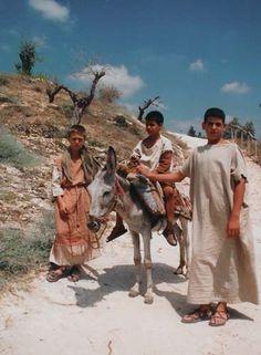 Esta fotografía de tres adolescentes caminando por un sendero en Israel ilustra la Lista de estudios que componen le serie El joven Jesucristo: su mundo social-secular-religioso desde los doce hasta los treinta años de edad.