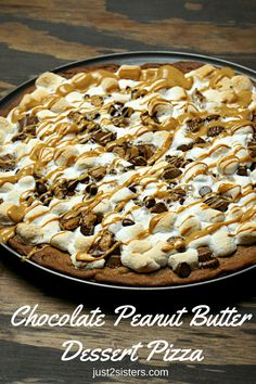 Chocolate Peanut Butter Dessert Pizza is part of Sweets dessert Peanut Butter - Chocolate Peanut Butter Dessert Pizza is a fantastic marriage of the two ingredients! Goes great with an ice cold glass of milk! Easy to make Dessert Pizza Chocolate Peanuts, Chocolate Peanut Butter, Chocolate Desserts, Chocolate Pizza, Chocolate Heaven, Chocolate Chocolate, Dessert Simple, Wontons, Cannoli