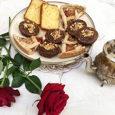 #buenosdías #goodmorning ya estamos a #jueves empezamos el día con #flores #te y #dulces imposible empezar mejor el día 🍪🌹☕️  👇🏽🌴🌴🌴👇🏽 www.palaciodelasespecias.com