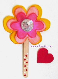 El día de San Valentín, cada alumno haría una flor para entregarle a otro compañero y en el palo tendrían que poner una cualidad de ese alumno.