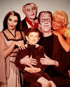 The Munsters Herman, Lily, Grandpa, Marilyn and Eddie. Starring Fred Gwynne and the beautiful Yvonne De Carlo. Another fantastic and very funny show. Herman had the best laugh. The Munsters, Munsters Tv Show, Photo Vintage, Vintage Tv, La Familia Munster, Munster Family, Mejores Series Tv, Tv Movie, Old Shows