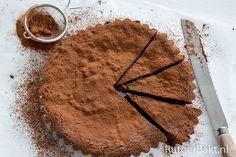 Na drie succesvolle bakboeken gaat Rutger van den Broek, winnaar van het eerste seizoen Holland Bakt, verder online. Op zijn bakblog RutgerBakt.nl, die vandaag online is gegaan, deelt hij zijn favoriete bakrecepten. Wij mogen alvast een heerlijk recept van hem delen: voor een smeuïge chocoladetaart. Verwarm de oven voor op 180 graden. Bekleed de bodem van een ronde …