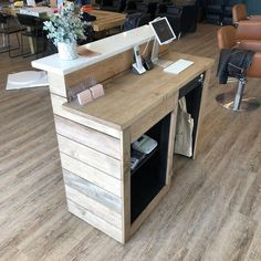 Contemporary Modern Reception Desk // Hardwood // Hostess Stand // Front Counter - Enengo Tutorial and Ideas Small Reception Desk, Reception Desk Design, Salon Reception Area, Beauty Salon Reception Ideas, Reception Counter, Office Reception, Modegeschäft Design, Design Room, Design Ideas