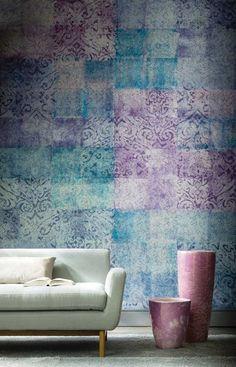 Papel pintado con efecto de cuadros en colores morados y turquesas