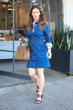 Jennifer Garner treats herself to a salon day to update her locks Jennifer Garner Feet, Jennifer Garner Style, Jennifer Garner Alias, Jen Garner, Jennifer Connelly, Jennifer Aniston, Daily Mail Celebrity, Celebrity Style, Celebrity Babies