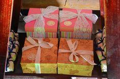 Caixinhas rosas daminhas contendo papel de seda, uma boneca de pano noivinha e bombons variados. Caixinhas douradas para os cerimonialistas, q eram amigos de infância do noivo e cuidaram de tudo com muito capricho e carinho.