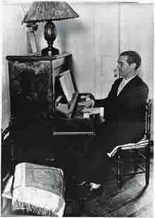 Federico García Lorca tocando el piano en su casa de la Huerta de San Vicente…