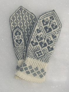Ravelry: Kristin's Lyre Flower Mittens/Kristins Løytnantshjerter Votter pattern by Wenche Roald - Want in PINK! Love the cuff