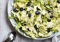Spidskålsalat med blåbær og parmesan