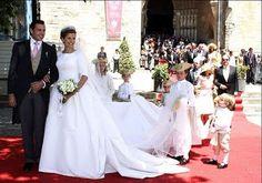 Diana casou com o príncipe Charles Philippe em junho de 2008 com um romântico vestido assinado por Carolina Herrera, amiga da familia. A tiara de diamantes e pérolas foi do acervo da família. O bouquet de flores e trigo era discreto e charmoso.