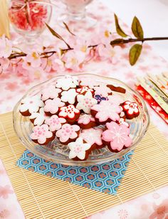 Japanese Tea Party with Sakura Cookies ~ Picture by Ian macpherson, cookies by Cookie Coture Japanese Birthday, Japanese Party, Japanese Sweets, Japanese Food, Japanese Snacks, Bento, Cherry Blossom Party, Cherry Blossoms, Sakura Card Captors