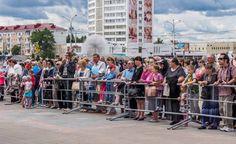 «великаны и великанши», талантливые дети, сказочные кортежи и ретро-автомобили Музыка, песни, танцы, конкурсы – только так, весело и с размахом, отмечает свой 1043 день рождения Витебск. Второй день торжеств открыл автопробег «Мой любимый город», который финиши