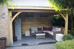 Houten veranda met loungeset en open haard. Soest. www.bronkhorstbuitenleven.nl