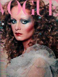 Flashback: Vogue Magazine December 1974 Twiggy Cover Twiggy surrounded by stars. Lauren Hutton, Farrah Fawcett, Fashion Cover, 70s Fashion, Fashion History, High Fashion, Top Models, Decoration Disco, Estilo Twiggy