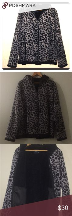 ⚪️Gorgeous Women's Winter Coat Very cute and warm! It is lovingly used but in overall great condition!! Used so priced to sell!! Has to large inside pockets! All items come from a Smoke free Pet free home Thanks for stopping!!! 😁🌹💕 Jackets & Coats