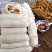 Lemper Ajam (rijstrolletjes met kip) (A rice and coconut milk tamale steamed in a plastic sleeve) Tapas, Feel Good Food, Love Food, Food Porn, Snack Recipes, Cooking Recipes, Cooking Tips, Indonesian Food, Indonesian Recipes
