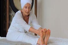 A professora de yoga Subagh Kaur Khalsa mostra uma sequência de posturas e movimentos de kundalini yoga para quem deseja se iniciar na prática.