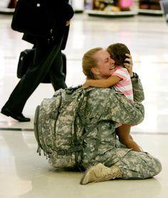 Une mère retrouve sa fille après 7 mois de mission en Irak