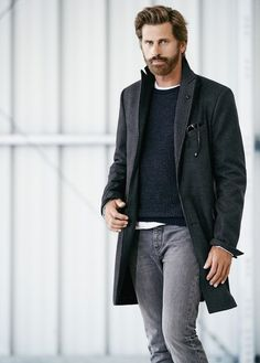 We love how this smart casual combination of a black overcoat and grey jeans immediately makes men look dapper. Grey Jeans Outfit, Grey Jeans Men, T-shirt Und Jeans, Mens Fashion Blog, Denim Fashion, Black Overcoat, Looks Jeans, Langer Mantel, Herren Outfit
