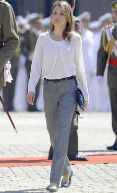 Basics - Princess Letizia of Spain - summer looks Office Outfits, Casual Outfits, Fashion Outfits, Professional Wardrobe, Queen Letizia, Mode Hijab, Work Looks, Royal Fashion, Work Attire