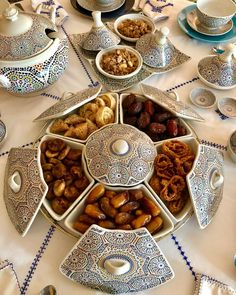 the 6 partition dish in the center Iftar, Moroccan Breakfast, Morrocan Food, Ramadan Gifts, Cuisine Diverse, Ramadan Recipes, Breakfast Buffet, Food Decoration, Arabic Food