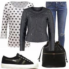 Abbigliamento casual per la scuola, per l'università o per una passeggiata. Il nero predomina per le scarpe basse, lo zainetto, e il giubbino di pelle mentre abbiamo un fondo bianco per la maglia, con cuori neri e jeans blu.