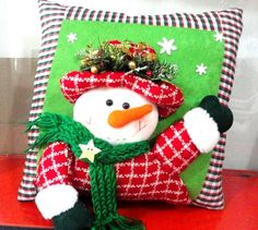 Haz tus cojines para navidad, fácil y económico! – Mi Mundo De Moda – Costura Corte y Confeccion Christmas Open House, Christmas Crafts, Christmas Ornaments, Christmas Cushions, Christmas Pillow, Felt Christmas Decorations, Holiday Decor, Decor Crafts, Diy And Crafts