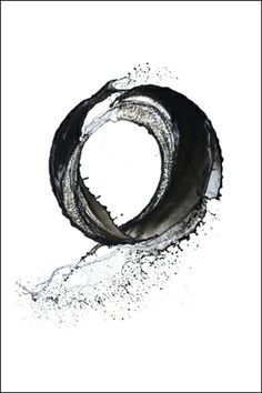 Enso - Zen symbol of Absolute enlightenment, strength, elegance, the Universe, and the void; additionally it also represents the Japanese aesthetic itself. As an & of the moment& it is often considered a form of minimalist expressionist art. Zen Symbol, Circle Symbol, Foto Picture, Photo Art, Water Sculpture, Image Blog, Art Japonais, Japanese Calligraphy, Calligraphy Ink
