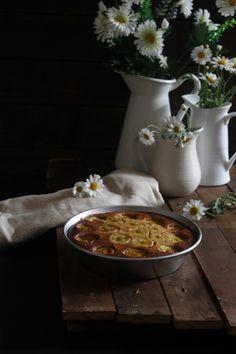 Mi receta de hoy es sencilla, un clásico que me apetecía tener en el blog. Algo tan simple, como el típico bizcocho de yogur, el llama...