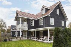 biedingen vanaf € 775.000,- k.k. worden door verkoper in overweging genomen.  Bijzonder stijlvol en karakteristiek vrijstaand houten woonhuis met balkon, een grote veranda, 6 (slaap)kamers, kleedruimte, 2 badkamers en een vrijstaande garage. Kosten ...