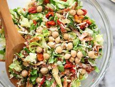eine bunte Mischung aus gesunden Zutaten, Kichererbsen, Salat und Paprika, ausgefallene Salate für Grillparty
