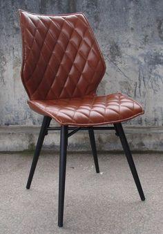 In edlem Design und formschöner Gestaltung präsentiert sich der originelle Stuhl »Stockholm« der Marke Home affaire, der im praktischen 2er-Set verfügbar ist. Ein stabiles Metallgestell bildet die solide Basis der eleganten Stühle. Die raffiniert gesteppte Polsterung der Sitzfläche und Rückenlehne bietet bequemen Sitzkomfort.