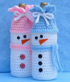 Schneemann-Weinflasche-Tasche bottle Crafts with yarn Snowman Wine Bottle Bag Free Christmas Gifts, Snowman Christmas Decorations, Christmas Crochet Patterns, Crochet Christmas Ornaments, Holiday Crochet, Crochet Gifts, Crochet Bags, Christmas Snowman, Crochet Pouch
