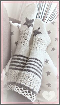 Tähtisukat Crochet Boots, Crochet Slippers, Knit Crochet, Knitting Projects, Knitting Patterns, Mode Crochet, Cozy Socks, Knitting Socks, Kid Outfits